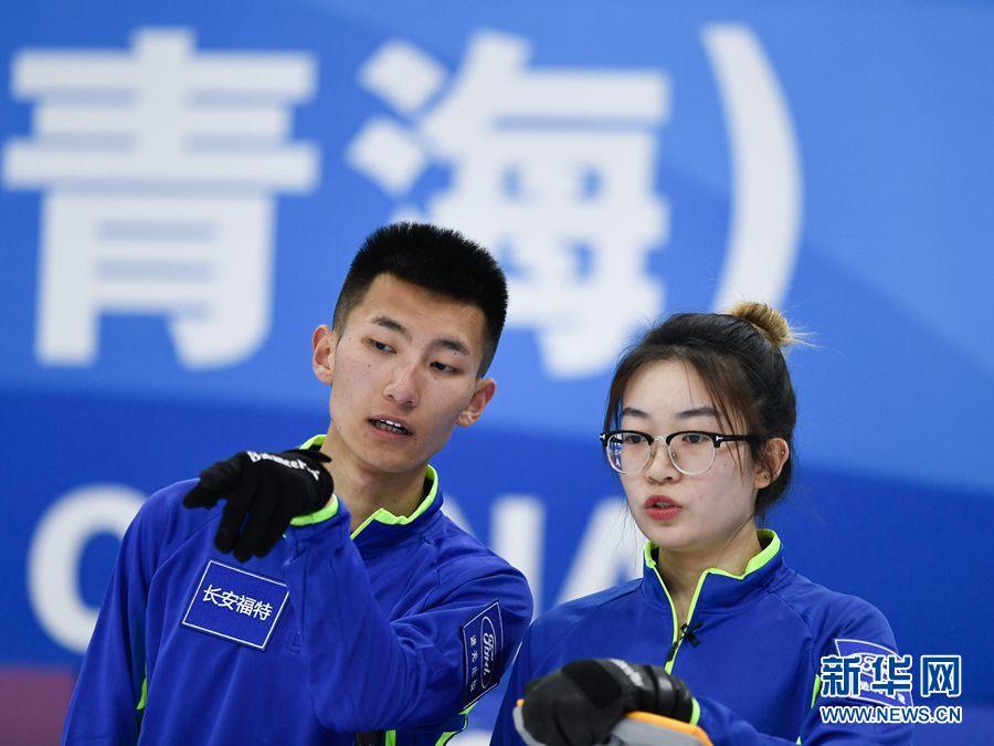 4月17日,青海队选手朱子慧(右)与队友董泓源在比赛中交流。新华社记者 张龙摄