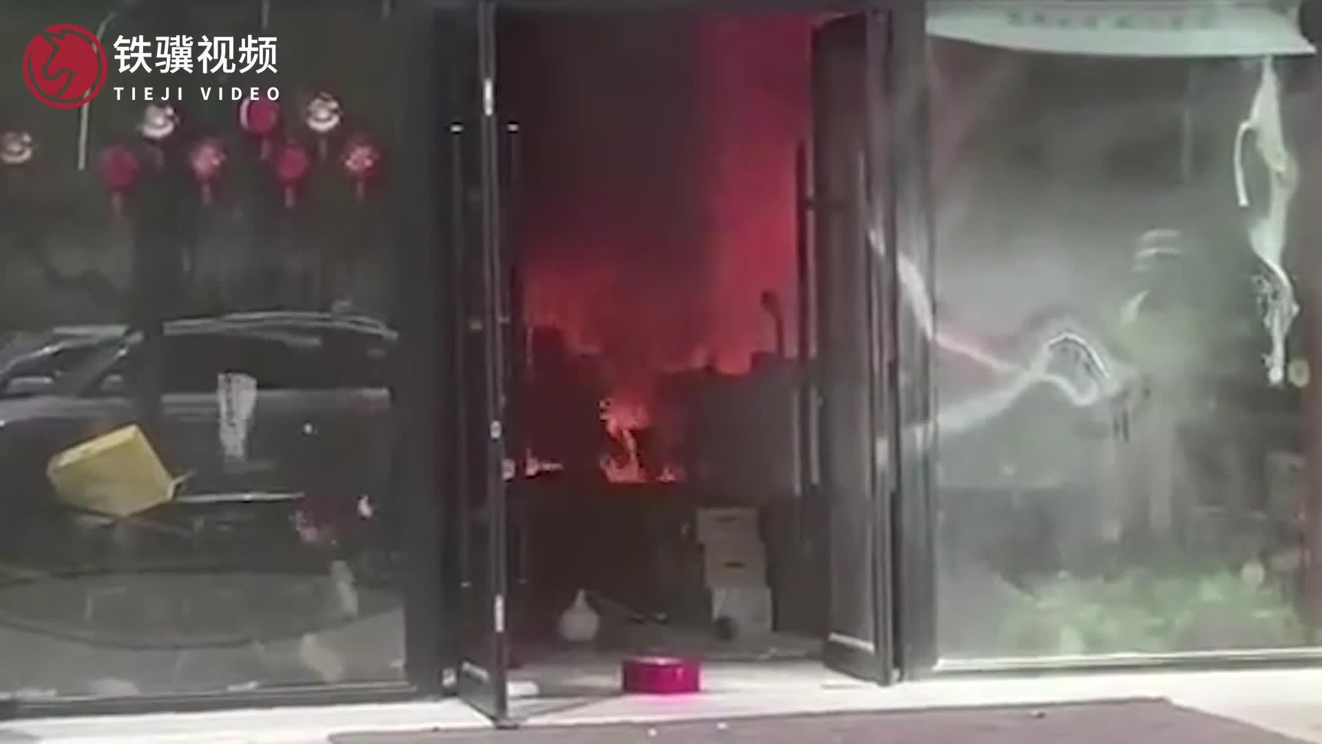 江苏昆山一男子持刀伤人后放火烧店 警方通报