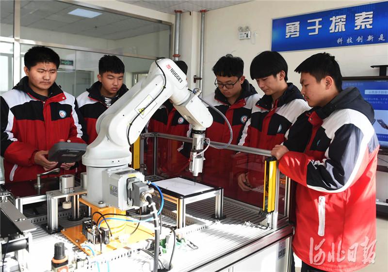 近日,河北省南宫市职教中心电子技术应用专业(工业机器人方向)学生在参加机器人操作实训课。河北日报记者 赵永辉摄影报道