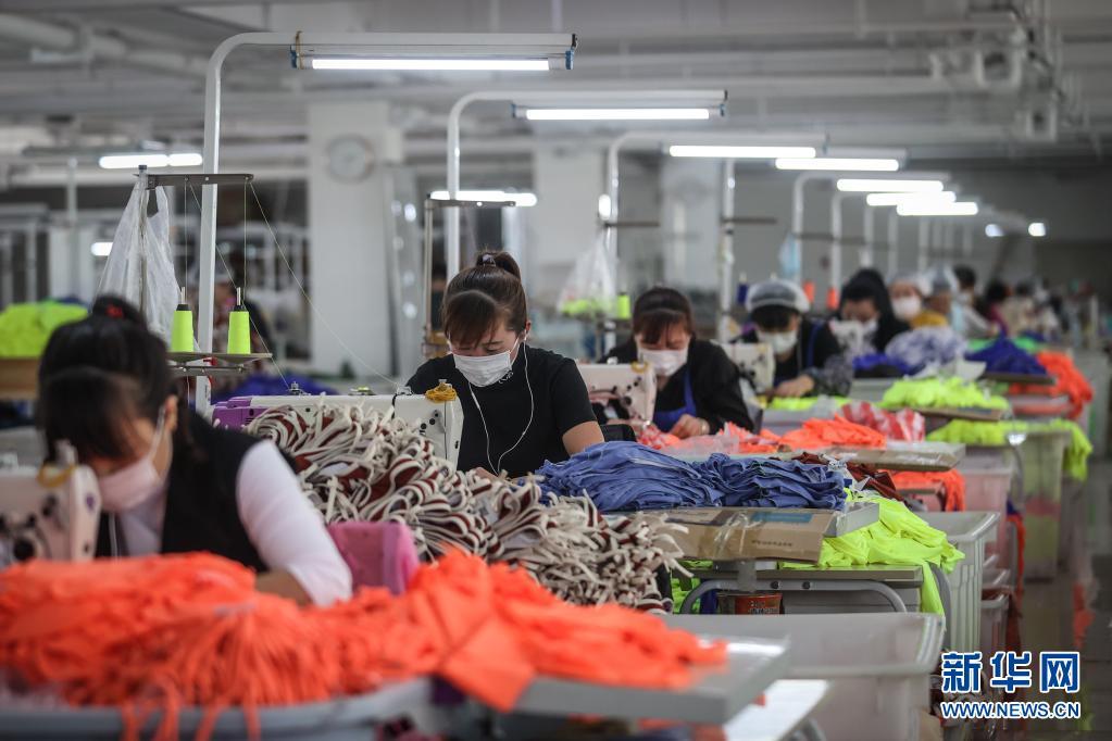 4月7日,工人在葫芦岛斯达威集团泳装生产车间内加工泳衣。新华社记者 潘昱龙 摄