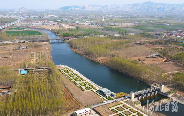 近日拍摄的河北省三河市泃河错桥闸生态砾石床项目。