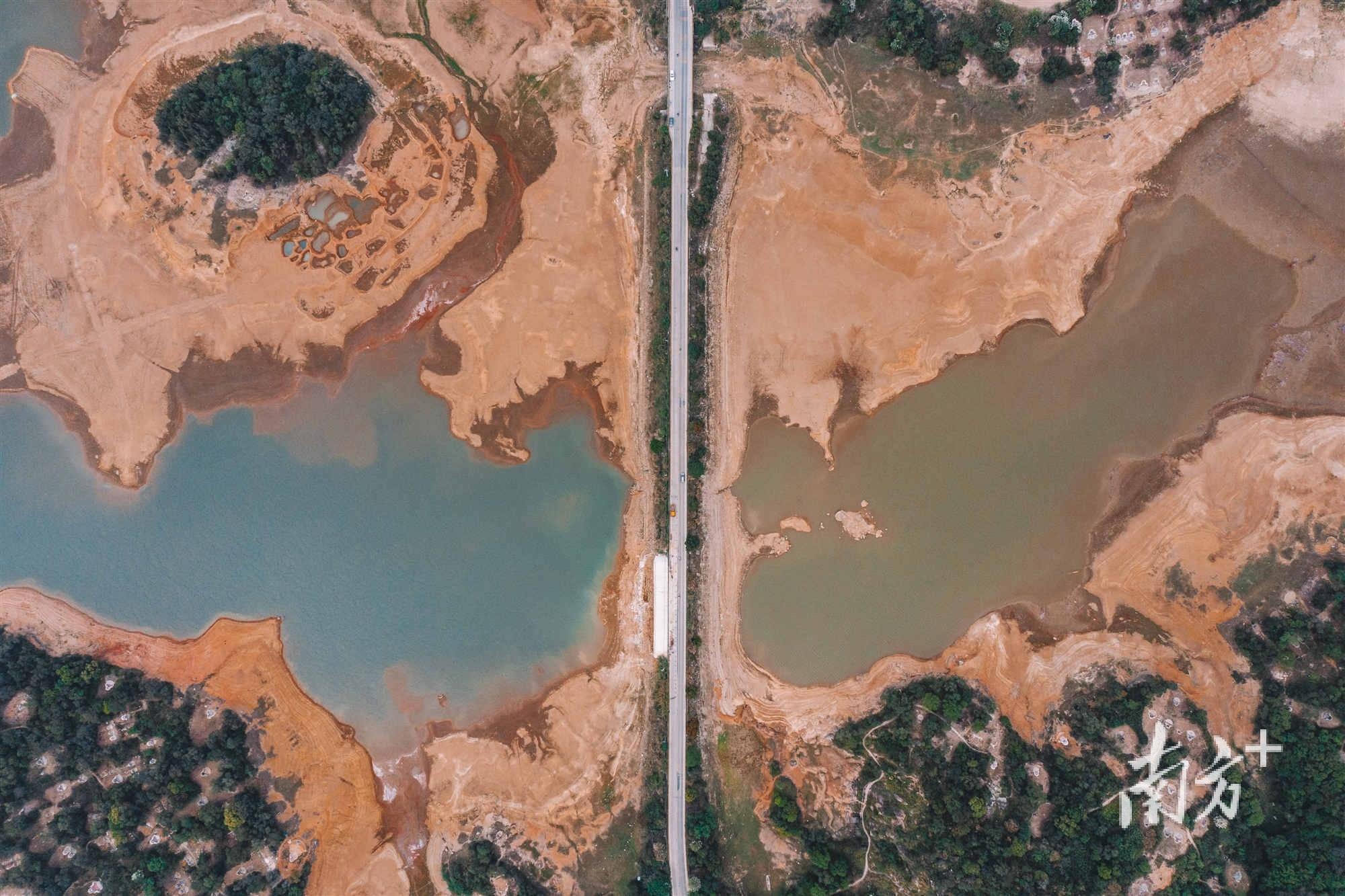 汕头市秋风水库,库存量仅占水库容量的四分之一,长期干旱,水体也呈现出不同的颜色。