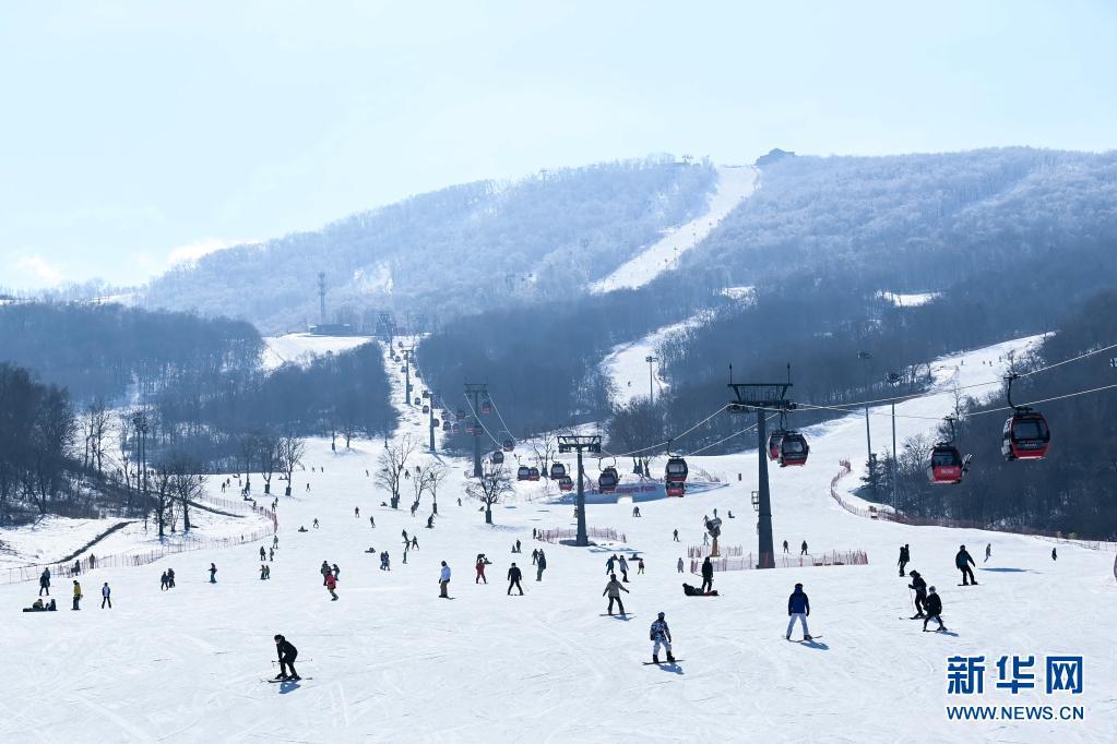 2月15日,游客在吉林省吉林市万科松花湖滑雪场滑雪。新华社记者 颜麟蕴 摄