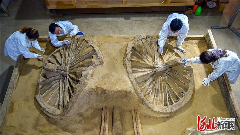 行唐故郡遗址考古实验室内,工作人员正在清理车马。 河北日报记者赵杰摄