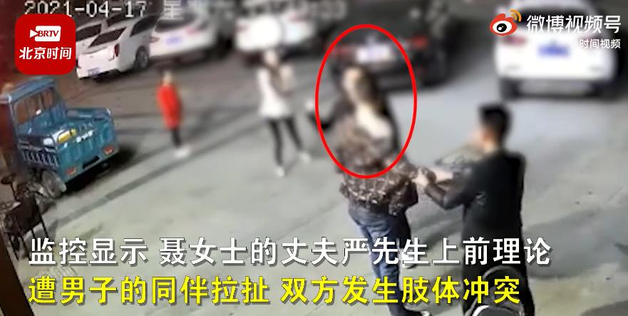 网曝男子调戏女子还持凶器追打其丈夫 江苏沭阳警方:嫌疑人已被刑拘