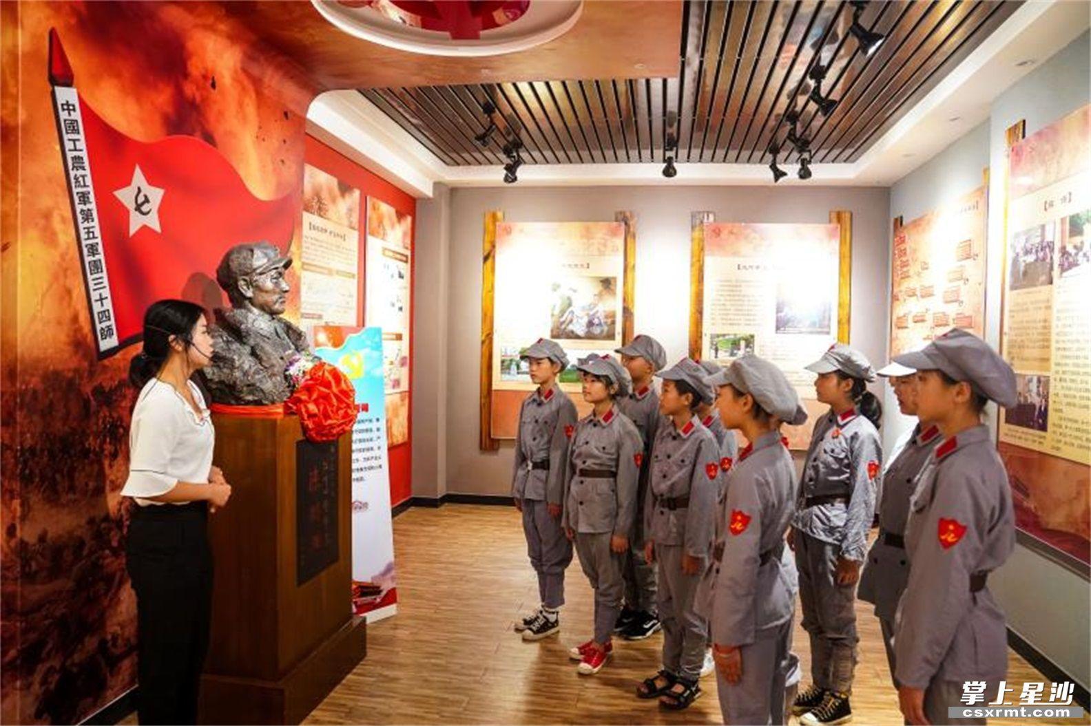 在福临镇新时代文明实践所内的陈树湘陈列馆,红军小学组织学生前来参观、聆听先烈故事。盛磊 摄