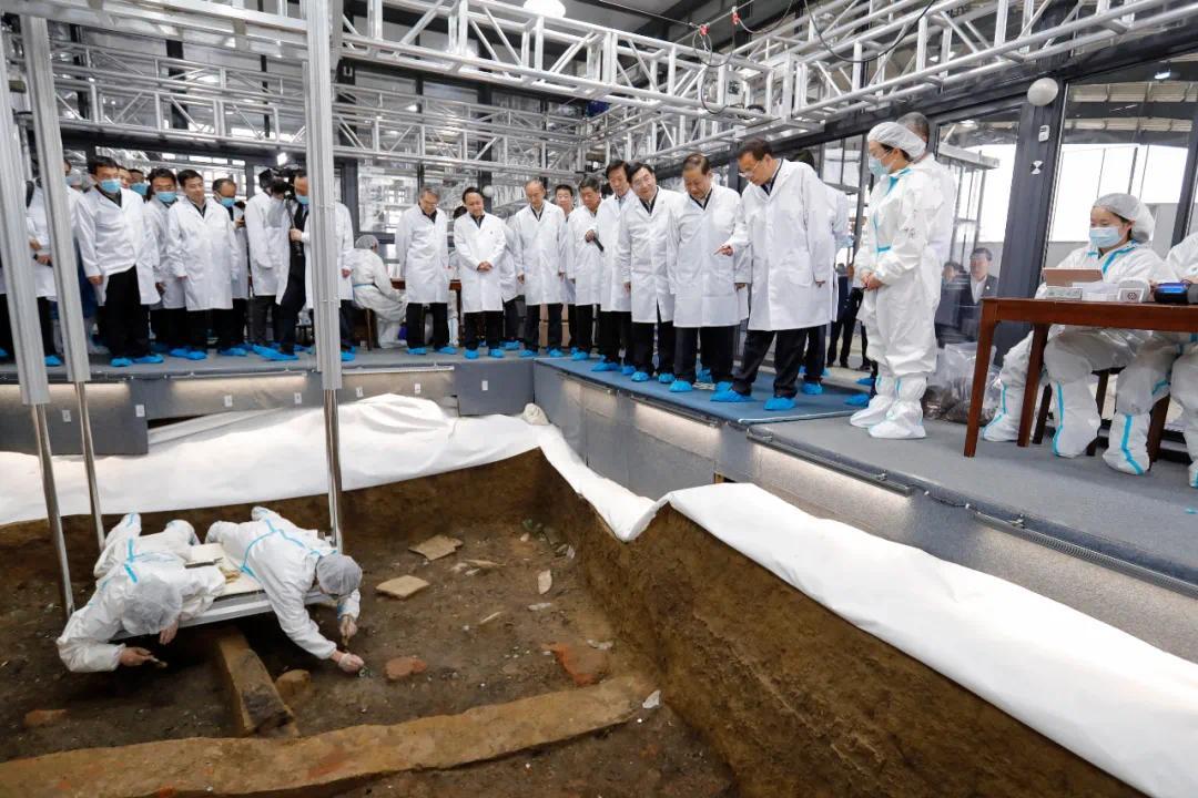李克强考察三星堆考古现场:研究好这笔丰厚的历史文化遗产