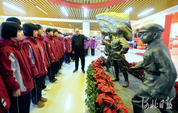 近日,河北省鸡泽县韶泽中学学生们在红色教育展厅认真聆听党的奋斗史。