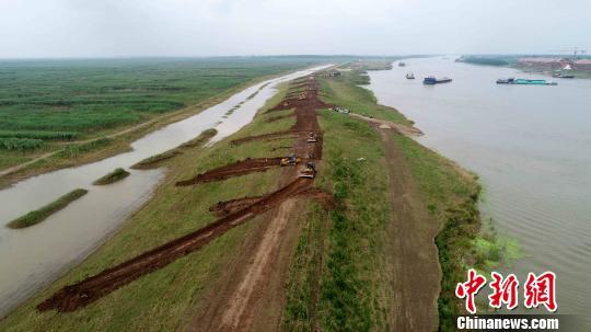 ( 2018年6月3日,35台大型推土机、挖机开始拆除下塞湖矮围。廖文 摄)