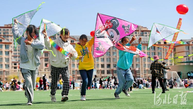 2021年4月17日,秦皇岛市海港区杜庄学区小朋友彩绘风筝。