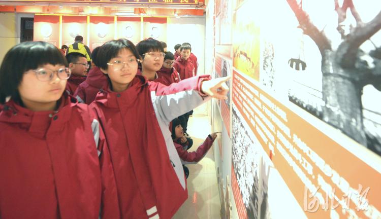 近日,鸡泽县韶泽中学学生们在红色教育展厅认真聆听党的奋斗史。河北日报记者杜柏桦摄影报道
