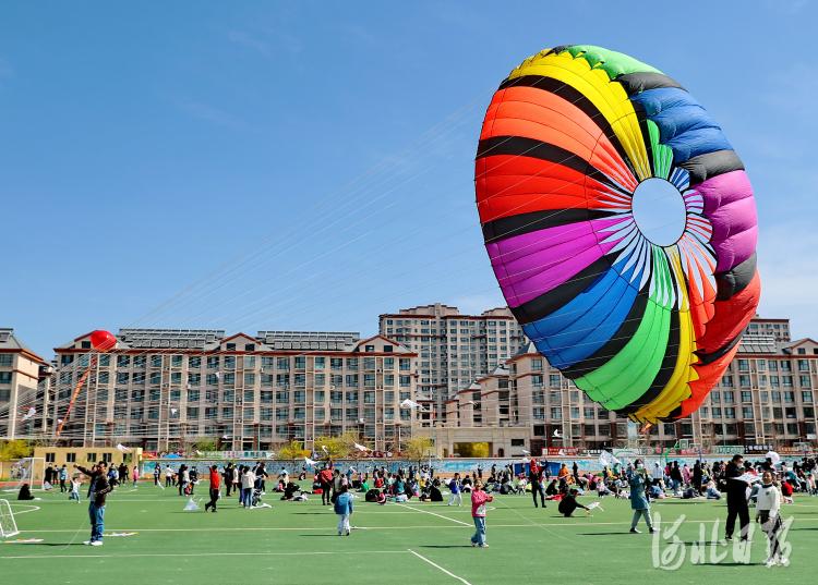 2021年4月17日,秦皇岛市海港区杜庄学区小朋友放飞风筝。