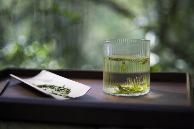 以龙井为代表的绿茶,多以玻璃杯为容器进行冲泡。