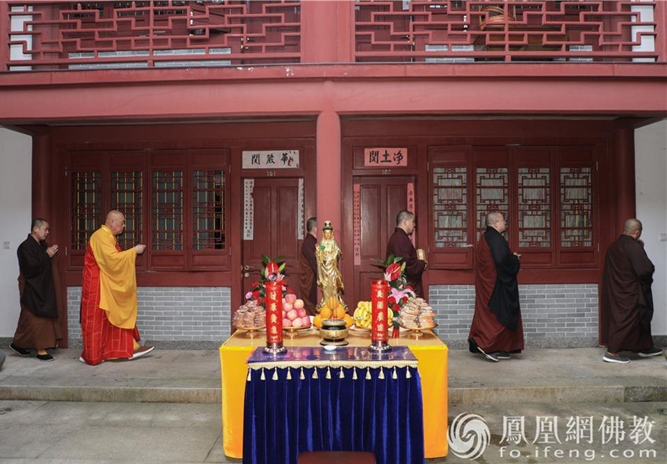 洒净现场(图片来源:凤凰网佛教 摄影:普陀山佛教协会)