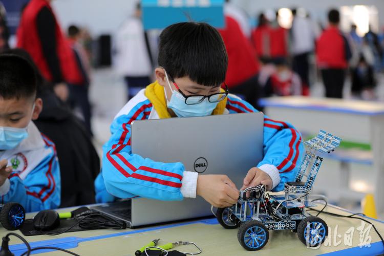 2021年4月18日,参赛选手正在对机器人进行调试。