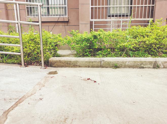 ○地面上血迹斑斑