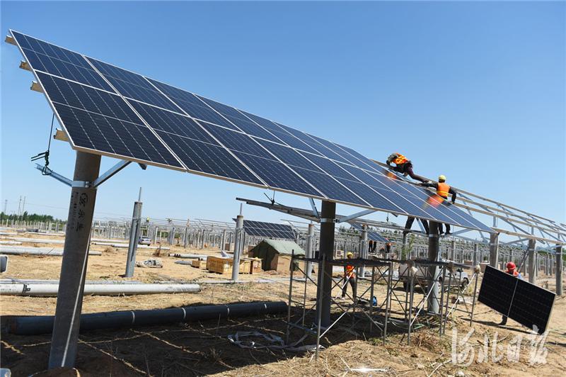 2021年4月17日,在河北省南宫市王道寨乡孝昌村,工人正在安装光伏板。