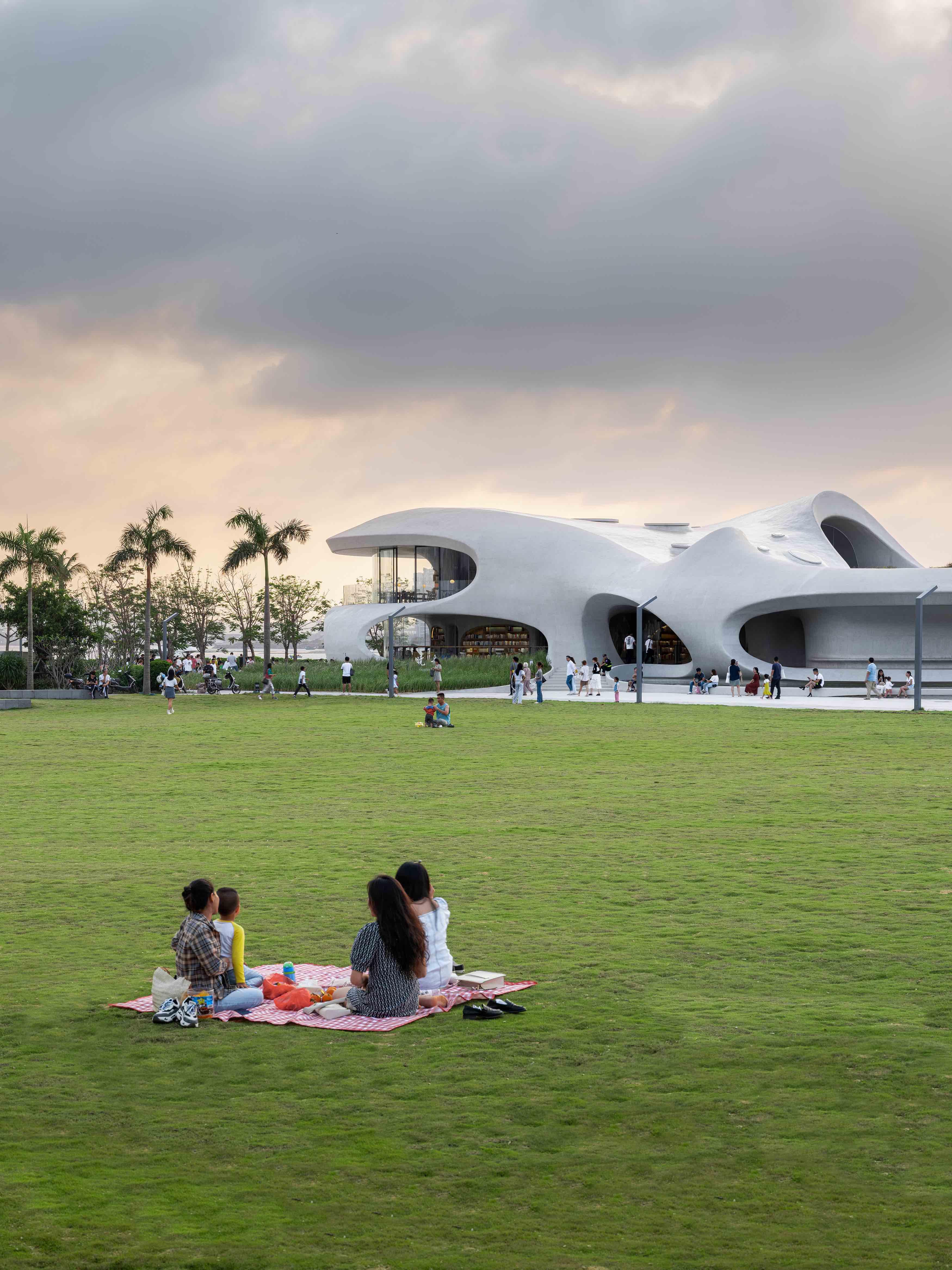 人们在草坪野餐,欣赏建筑  CreatAR Images