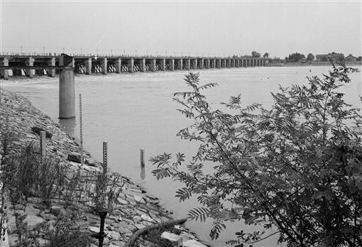 1983年8月,荆江分洪南闸。(资料照片)黎善绍 摄