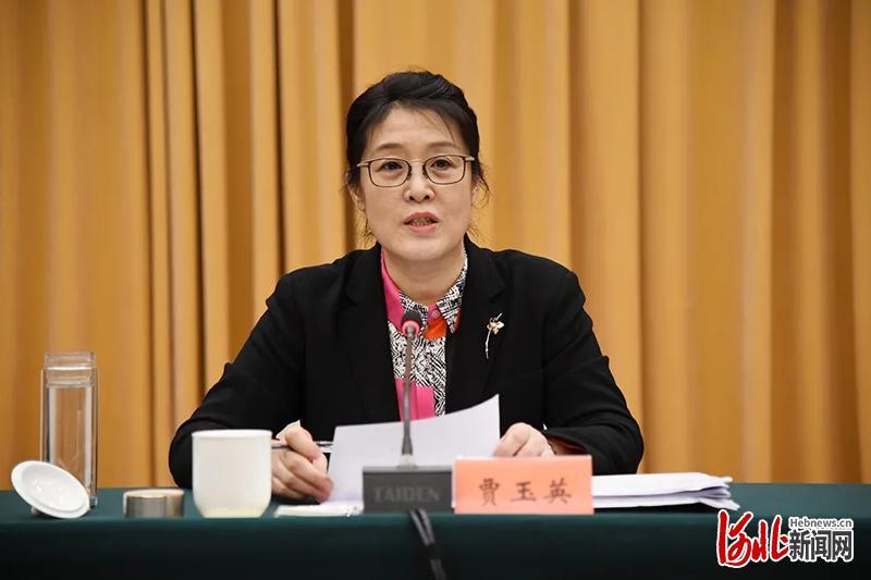 河北省妇联主席、党组书记贾玉英作工作报告并讲话。戎利彬摄