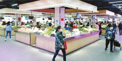 升级改造后的邓甲生鲜市场卫生环境堪比超市。