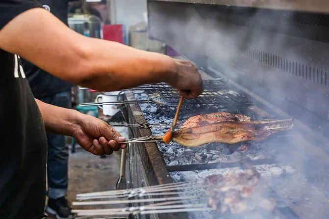 说起布尔津的特色美食,烤狗鱼绝对是头一个。