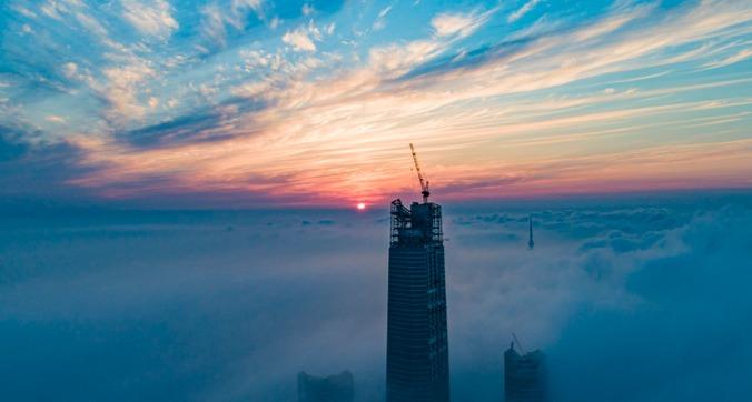 青岛清晨又迎来平流雾 摩天楼露出尖尖角