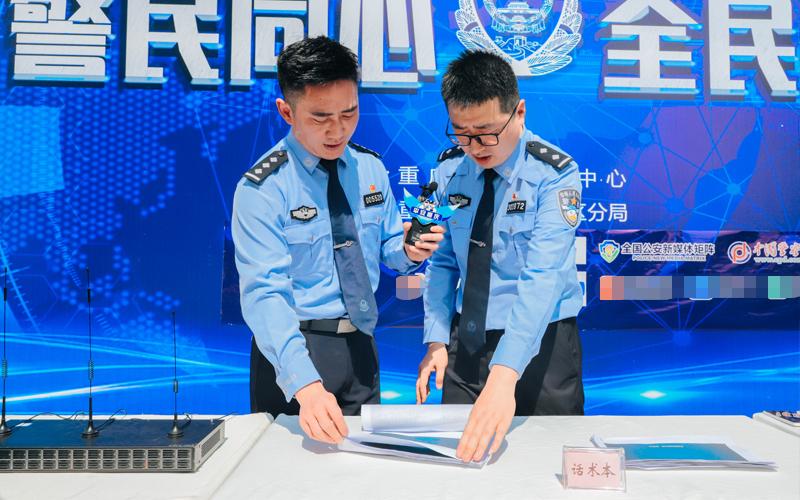 民警向市民讲解诈骗话术。