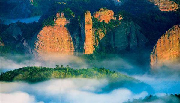 """△ 崀山丹霞一处叫 """" 眼镜蛇 """" 的景观。图何志鸿"""