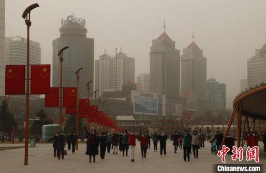 图为西宁市民众戴着口罩在广场上锻炼身体。 马铭言 摄