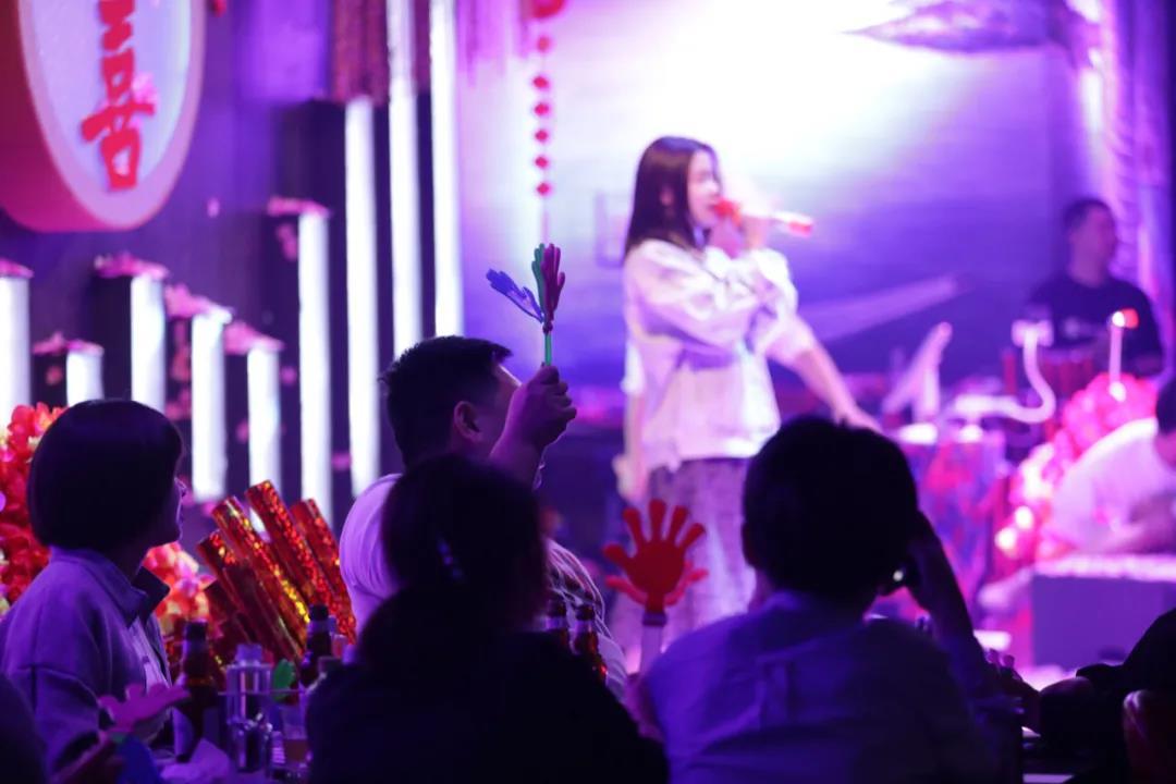 女孩上台唱《分手快乐》,高潮部分男生即兴上台和她对唱