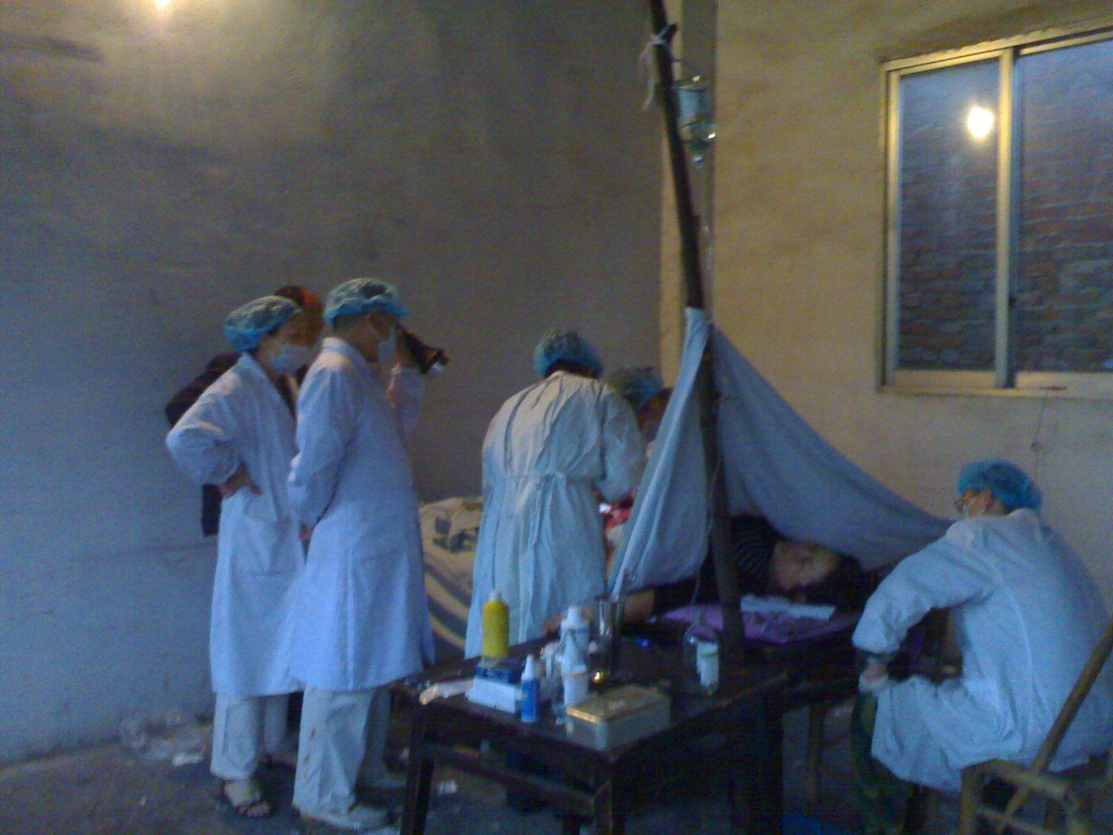 2008年5月13日凌晨,禅房里的首例剖宫产手术。翟秋榕 摄