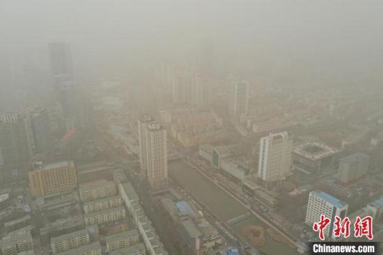 图为航拍西宁市沙尘天气。 马铭言 摄