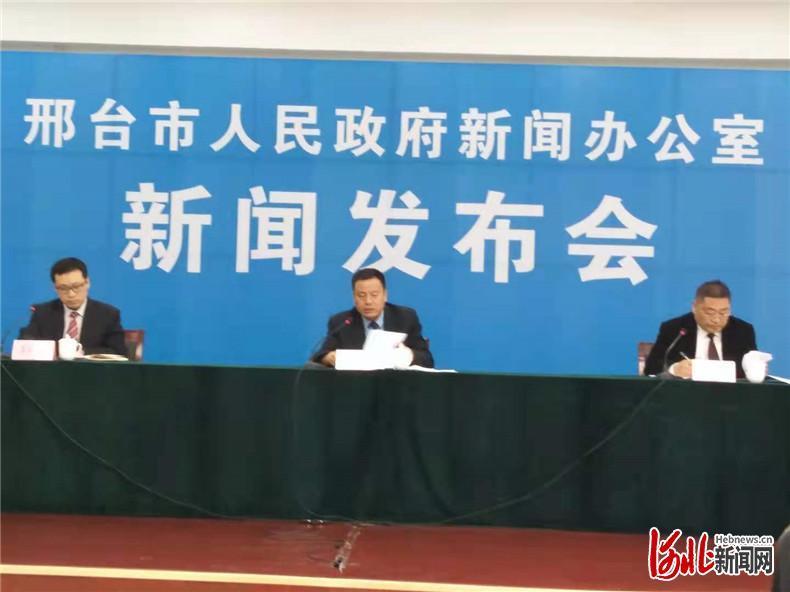 邢台市住建局相关负责人在解读该市绿色建筑最新政策。 河北日报记者黄清标摄