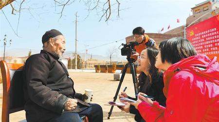 李丙申老人向记者讲述红军离开时的情景
