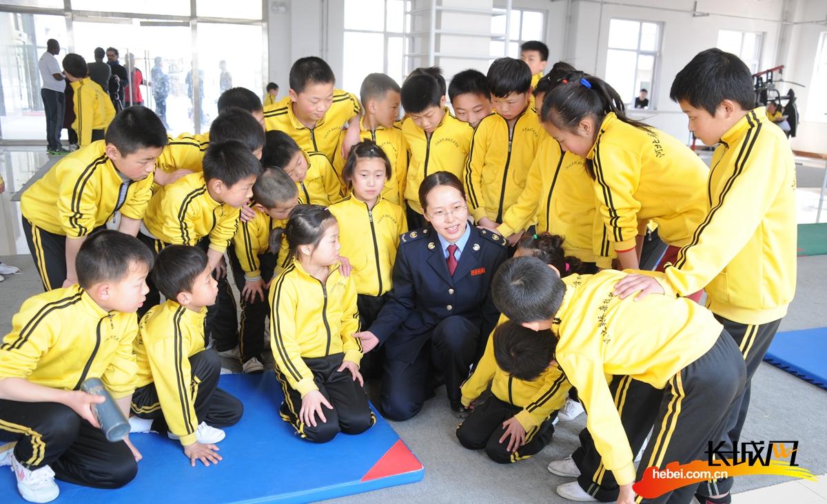"""吴桥县税务局走进杂技学校,开展""""情系杂技校园,税收助力成长""""主题活动。齐海霞 摄"""