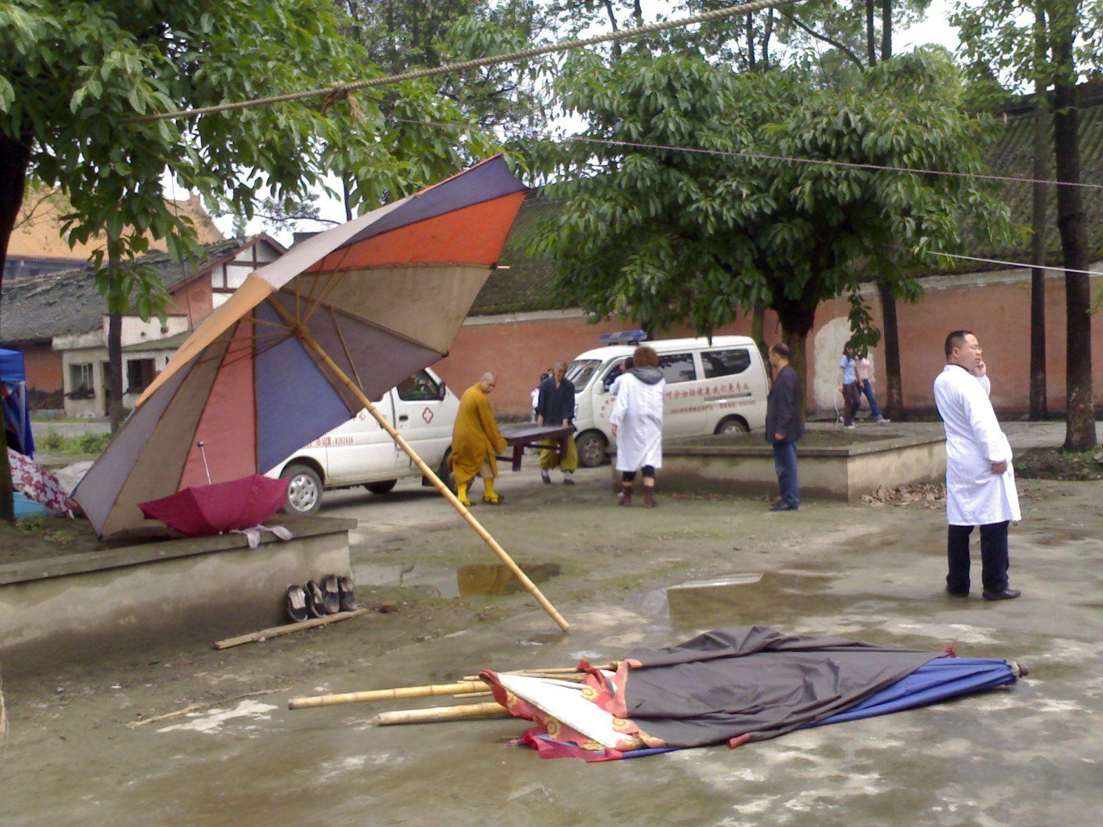 汶川地震震后第二天,罗汉寺的僧人协助妇幼保健院搭建临时手术室。翟秋榕 摄