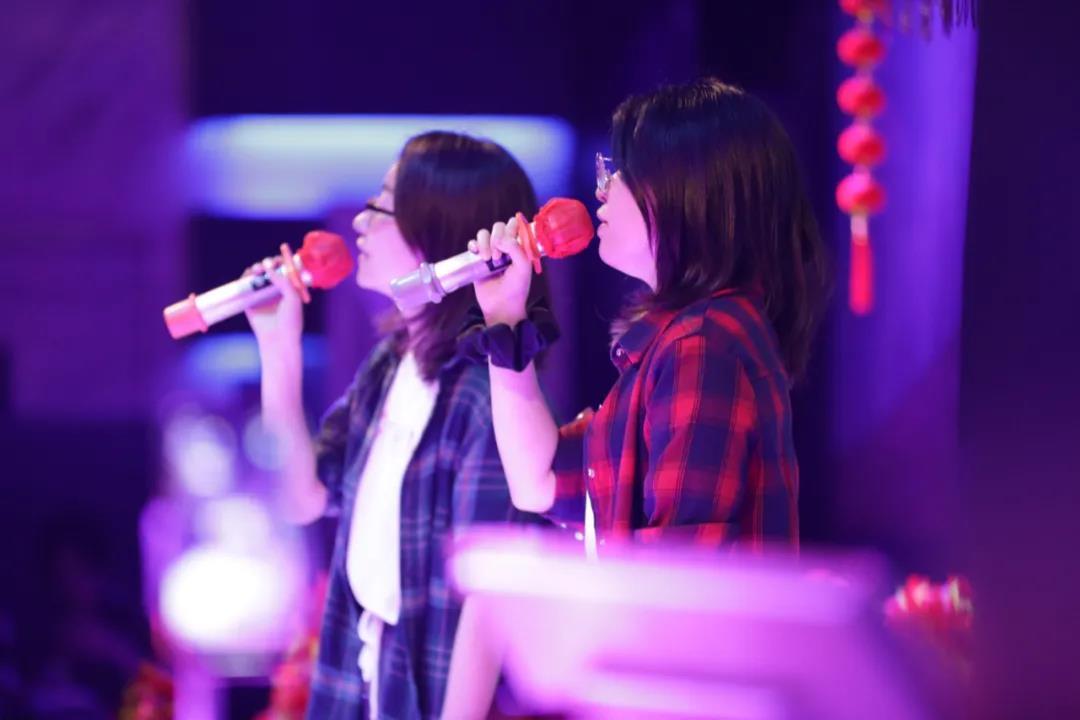 朋友在台上默契合唱