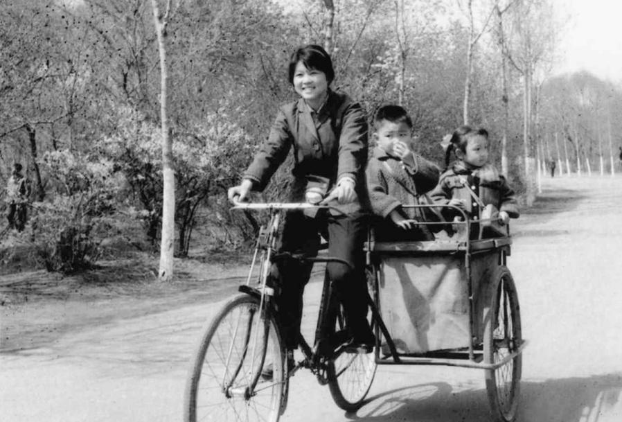 上世纪七十年代骑着母子车的沈阳市民 沈阳市铁西区委宣传部供图
