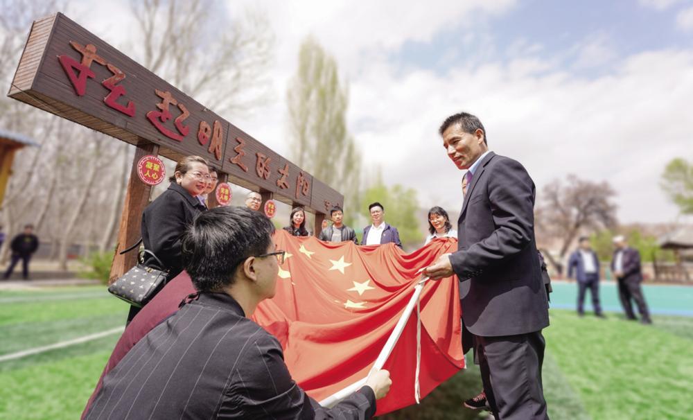 """聆听西路军红军小学校长马忠明讲述""""0118号国旗""""的由来。"""