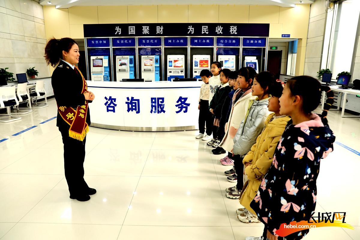 内丘县税务局邀请前鲁亭小学学生到办税厅开展体验活动。王健 摄
