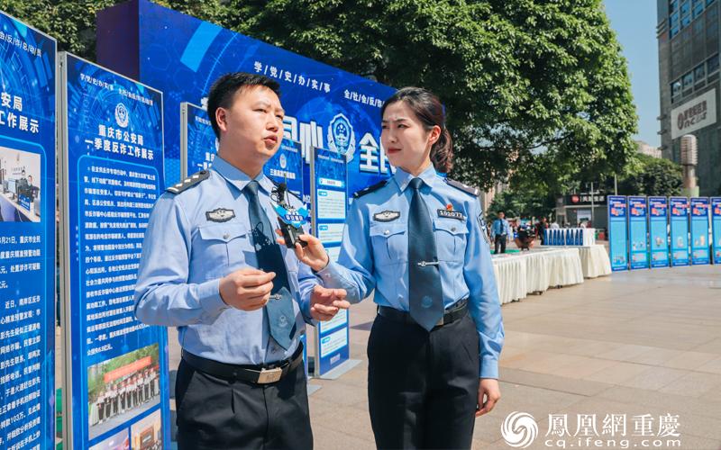 民警张明波向网友和在场市民介绍警方的诈骗工作情况。