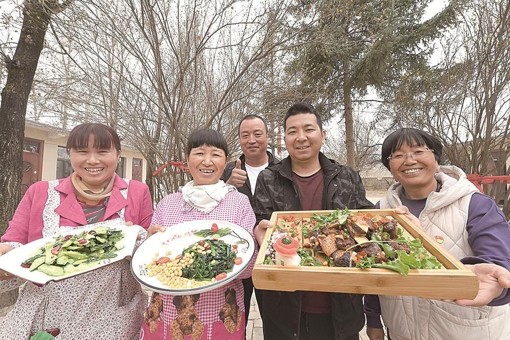 4月24日,西宁市总寨镇莫家沟村莫家沟山庄内,村民为游客准备了可口的农家饭菜。