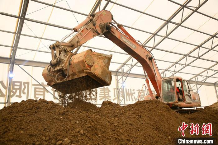 大型机械向受污染的土壤添加药料 王康荣 摄