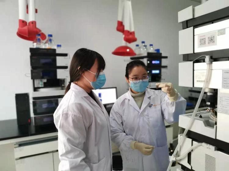 在北京·沧州渤海新区生物医药产业园,北京福元医药股份有限公司沧州分公司质量部QC人员对生产出来的产品进行检验。