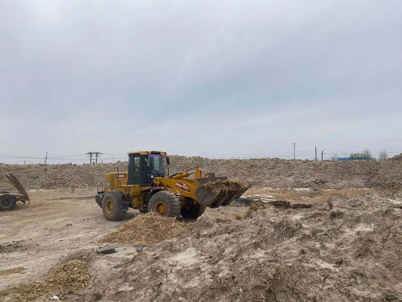 大型机械正在清理两岸的垃圾
