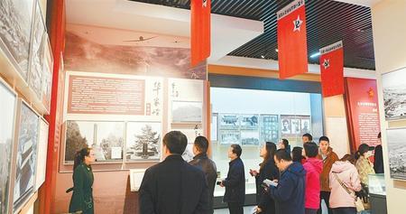 社会各界在榜罗镇会议纪念馆参观