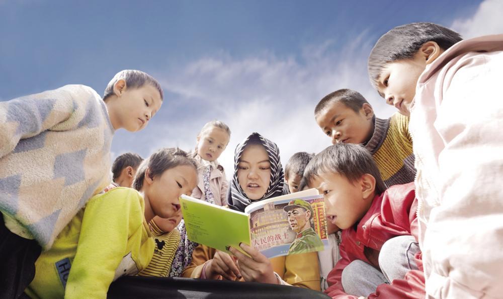 红光幼儿园的孩子们正在聆听老师讲述红色故事。