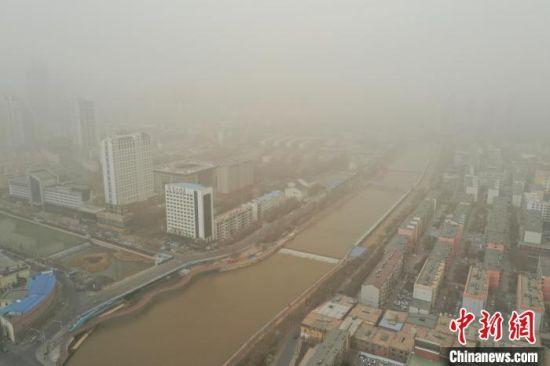 图为西宁市被沙尘笼罩着。 马铭言 摄