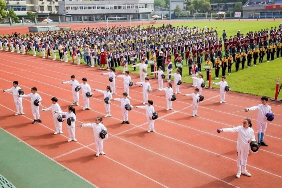 学校刚成立的击剑社团也在运动会上首次亮相